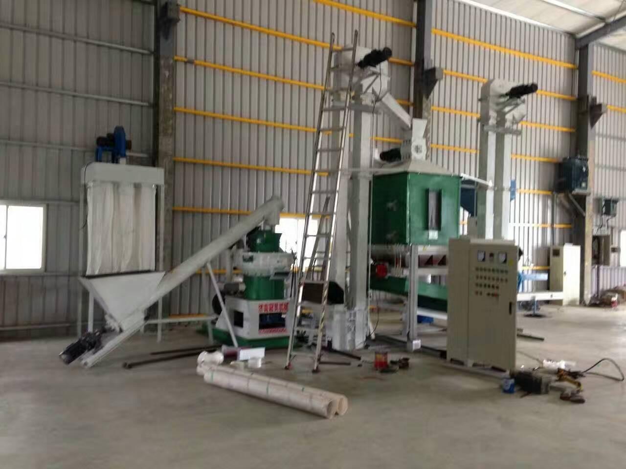台湾木屑颗粒机生产线紧张有序的安装中
